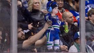 Un jeune fan des Canucks au Rogers Arena