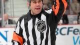 L'arbitre Justin St-Pierre qui fait la procédure pour les changements.