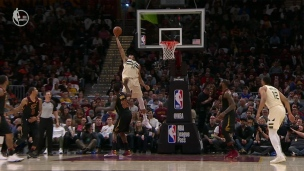 Alley-oop monstrueux pour le Greek Freak!