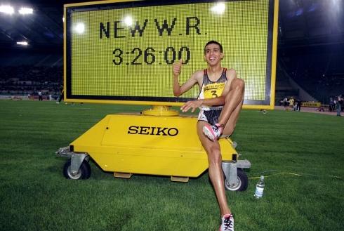 Hicham El Guerrouj avec le chrono de sa course record de 1998