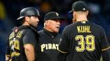 L'instructeur des lanceurs des Pirates Ray Searage discute avec Chad Kuhl et Francisco Cervelli.