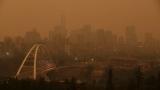 La ville d'Edmonton sous une épaisse fumée.