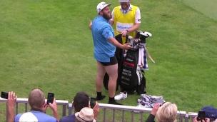Un golfeur, sur un terrain de golf... pas de pantalon!