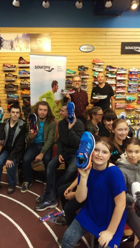 Des enfants qui reçoivent des chaussures