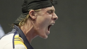 Shapovalov a chaud, mais avance