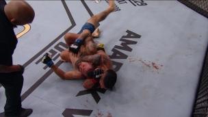 Oliveira réussit l'étranglement arrière