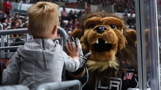 "Bailey, la mascotte des Kings fait un ""High Five"" à un jeune au STAPLES Center de Los Angeles"