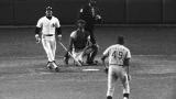 Reggie Jackson vient d'expédier le tir de Charlie Hough à 475' du marbre pour son troisième circuit du 6e match de la Série Mondiale de 1977.