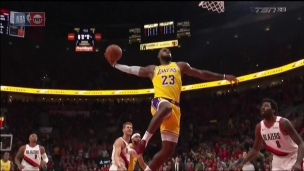 King James enfonce son 1er dunk avec les Lakers
