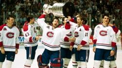 Le gardien Patrick Roy soulevant la 24e Coupe Stanley des Canadiens de Montréal