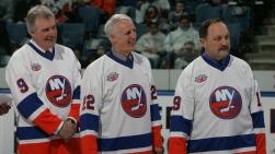 Clark Gillies, Mike Bossy et Bryan Trottier prenant part à une cérémonie au Nassau Coliseum, à Uniondale