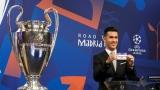 Luis Garcia avec le billet du Real Madrid lors du tirage au sort de la Ligue des champions.