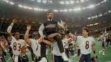 Steve McMichael (76) et William Perry (72) soulèvent Mike Ditka au Super Bowl XX