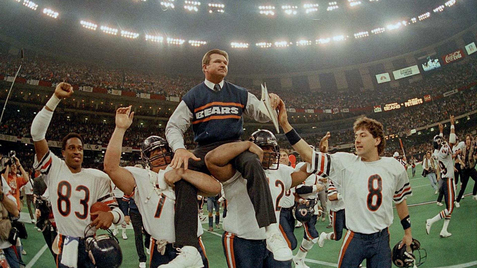 Steve McMichael (76) et William Perry (72) soulèvent Mike Ditka au Super Bowl XX