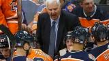 Ken Hitchcock derrière le banc des Oilers