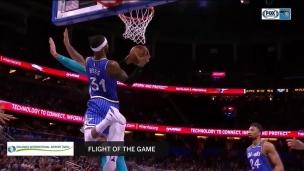 Terrence Ross enfonce un puissant dunk!
