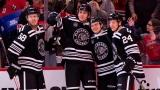 Les Blackhawks célèbrent le troisième but d'Alex DeBrincat