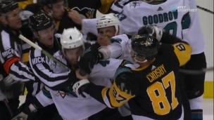 Sidney Crosby brasse un peu... et la mêlée éclate!