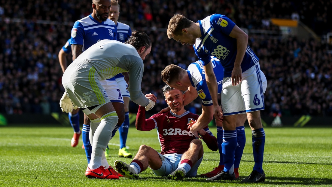 Jack Grealish, footballeur d'Aston Villa, agressé en plein match par un fan