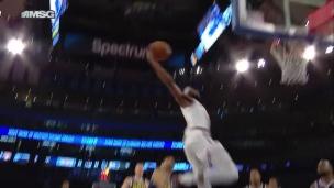 Contre et puissant dunk de Robinson