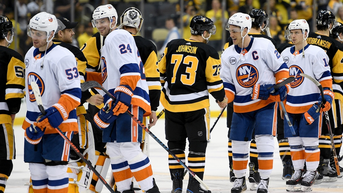 La traditionnelle poignée de main entre les Penguins et les Islanders en fin de séries