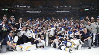 Photo d'équipe des Blues avec la Coupe Stanley