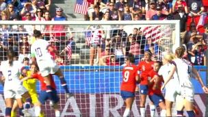 Lloyd s'envole plus haut que la défense chilienne