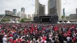 Des milliers de partisans des Raptors sont réunis au Nathan Phillips Square.