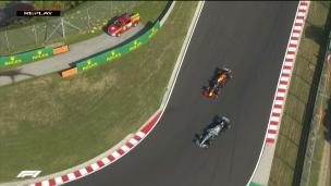 Hamilton subtilise la 1re place à Verstappen