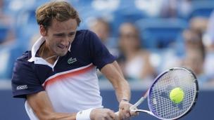 Medvedev surprend Djokovic