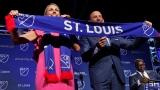Carolyn Kindle Betz et le commissaire de la MLS Don Garber