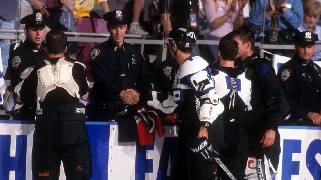 Une scène entre des joueurs et des policiers au Madison Square Garden, en septembre 2001