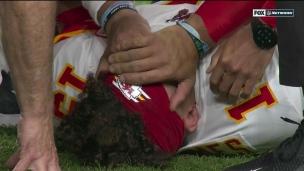 Mahomes se fait replacer le genou sur le terrain et quitte le match