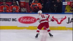 Hamilton marque du centre de la patinoire