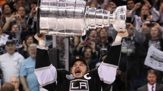Dustin Brown avec la Coupe en 2012