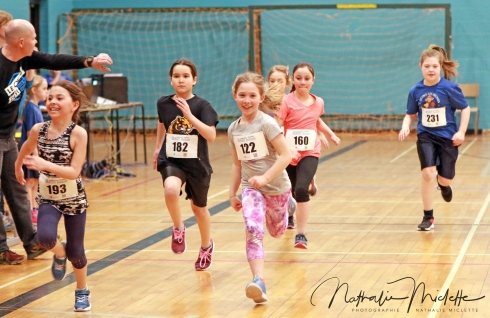 Des enfants pratiquant l'athlétisme.