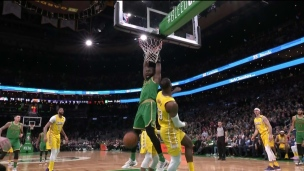 Jaylen Brown enfonce le dunk sur LeBron James