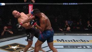 Mitraillé de coups, Dos Santos s'incline par K.-O. Technique