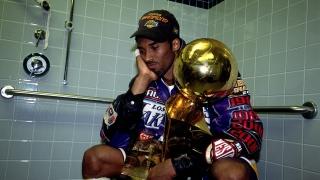 Kobe Bryant avec le trophée Larry O'Brien en 2001