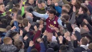Les partisans d'Aston Villa envahissent le terrain