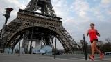 Une coureuse devant la tour Eiffel