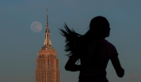 Une coureuse devant l'Empire State Building