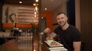 Tatar déguste le « Tuna Tatar »