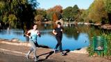 Des coureuses font du jogging