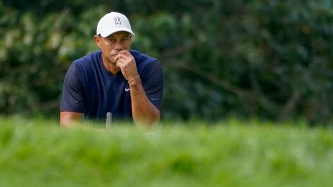 Woods concentré à marcher sans béquilles