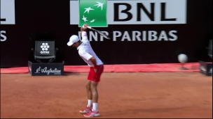 Novak Djokovic brise sa raquette et son adversaire