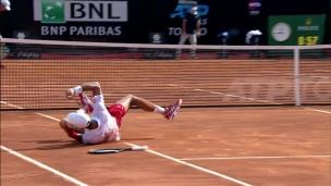 Djokovic trébuche, mais passe en finale à Rome
