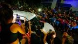 Des gens entourent l'ambulance transportant le cercueil de Maradona