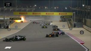 La voiture de Romain Grosjean se fend en deux et explose!