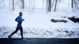 Un jogger seul en hiver